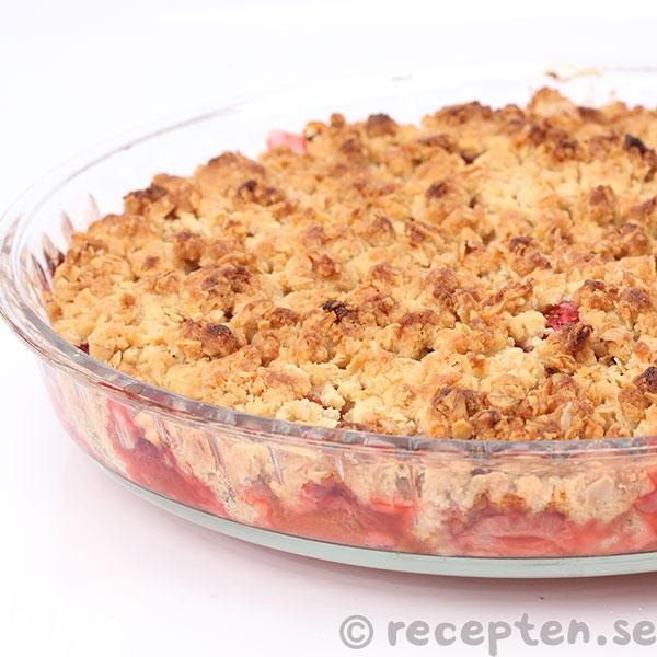 paj med rabarber och jordgubbar