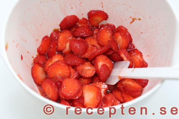 vit chokladmousse med jordgubbar
